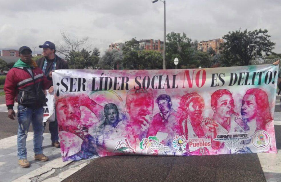 """Líderes sociales protestan en la Fiscalía por """"estigmatización y persecución del Estado"""""""